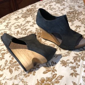 "Tusbo wedges 4"" heel with 1"" platform. Size 8.5."